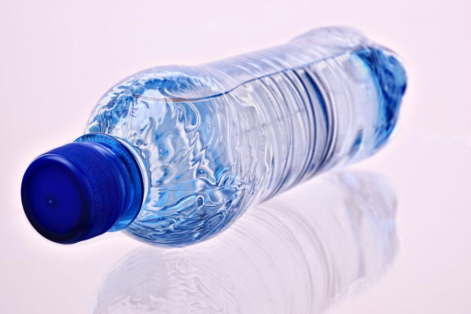Eine Flasche Mineralwasser, davon trinkt jeder Deutsche im Schnitt 165 Liter pro Jahr